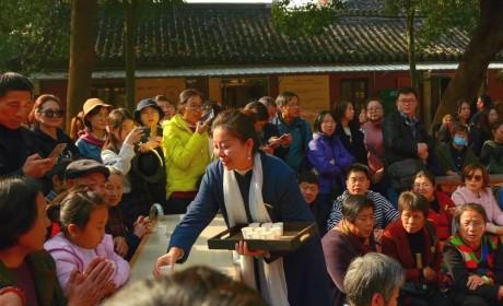 """两天洗2万多个碗  栖霞寺这群""""红马甲""""用行动温暖整个红枫节"""