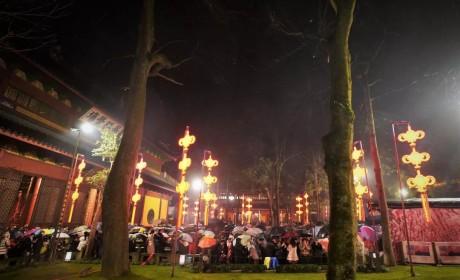 新闻组图 | 怀着虔诚心冒雨而来 除夕夜里的杭州灵隐寺很温暖