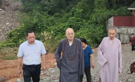 圣辉法师救灾途中专门到莲华寺看望日渐长大的弃婴并对当地宗教场所开展调研