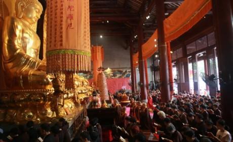 广州大佛寺举行中秋拜月法会 弘法大楼前传灯祈福世界和平