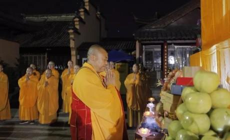 南京鸡鸣寺举行中秋祭月祈福法会 莲华法师在月光下为众开示