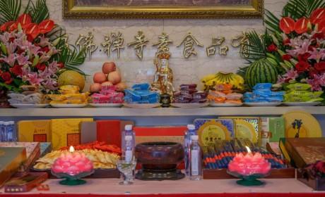 30多年坚持传统古法工艺 上海玉佛禅寺净素月饼开炉生产