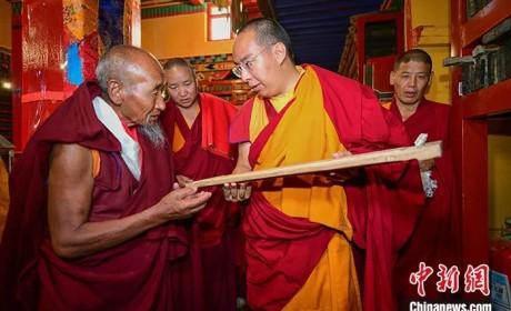 """十一世班禅四访""""西藏文库"""" 勉励僧众精进修行"""