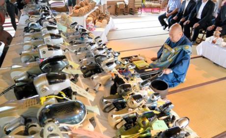 日本寺庙给机器狗办集体葬礼 和尚念经超度